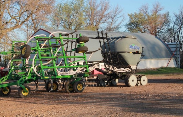 9-Ton Montag on track behind a John Deere-2410